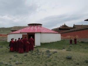 Les moines se préparent à la prière