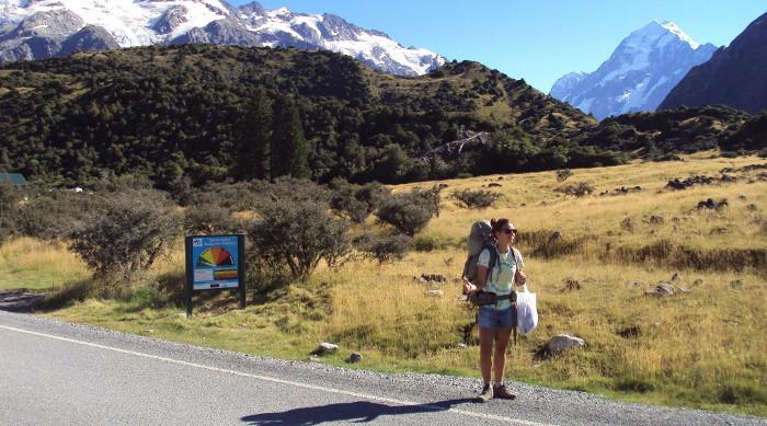 Emie en train de faire du pouce en Nouvelle-Zélande.