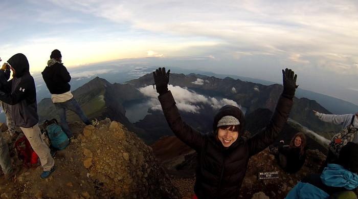 Mélissa au sommet du Mont Rinjani en Indonésie.