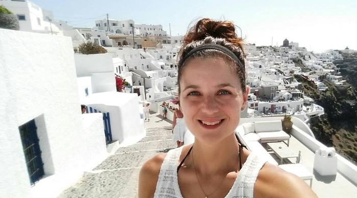 Marie-Claude sur l'île de Santorini en Grèce.
