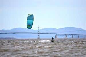 Simon en kitesurf dans le baie de Beauport.